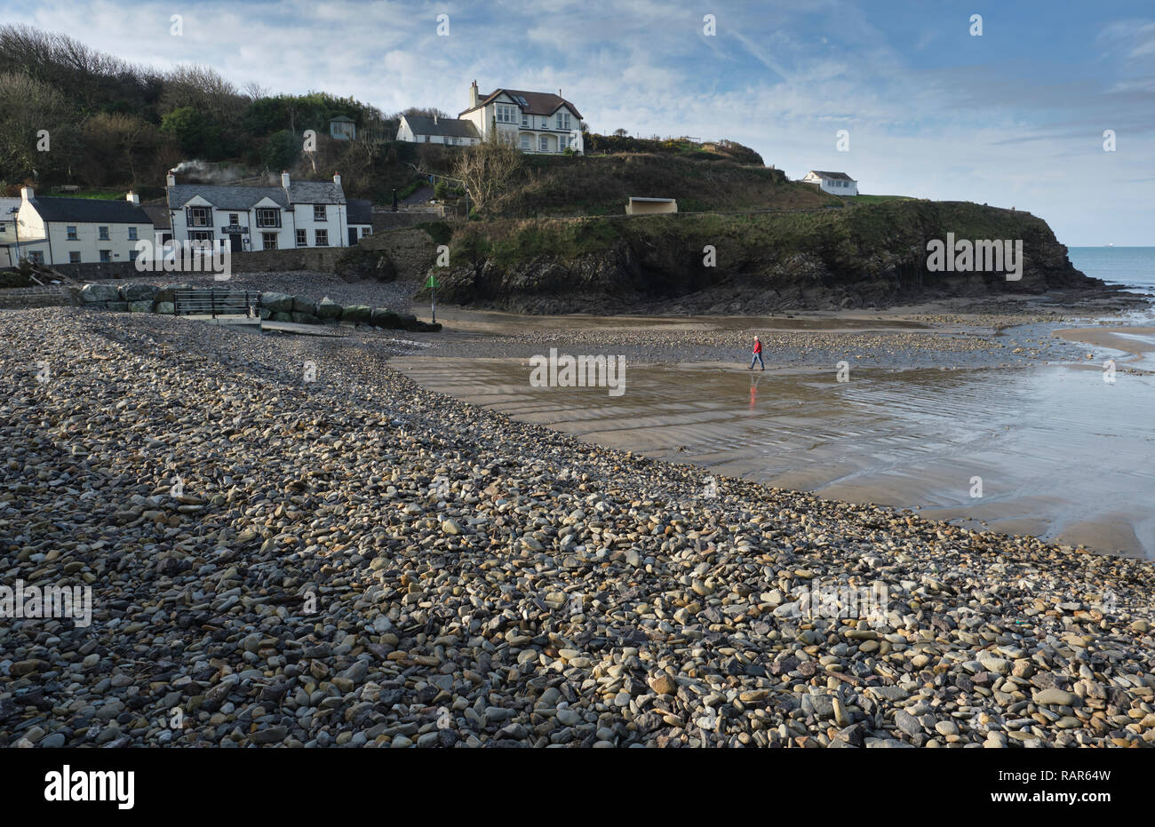 View of The Swan Inn taken from Little Haven beach, Pembrokeshire, Wales.in Winter. - Stock Image