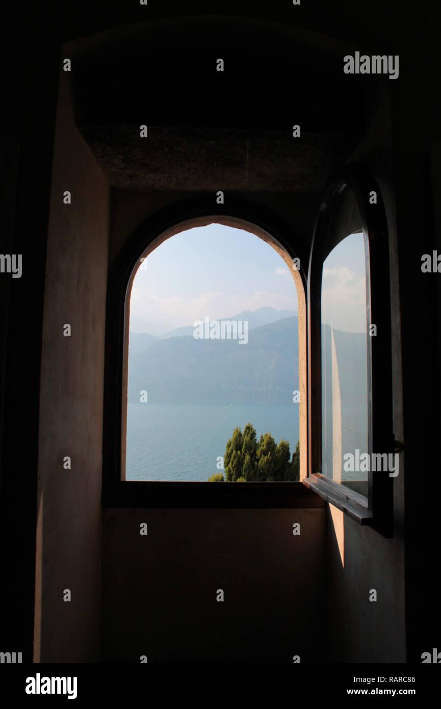 Fenster mit Blick auf den Gardasee - Stock Image