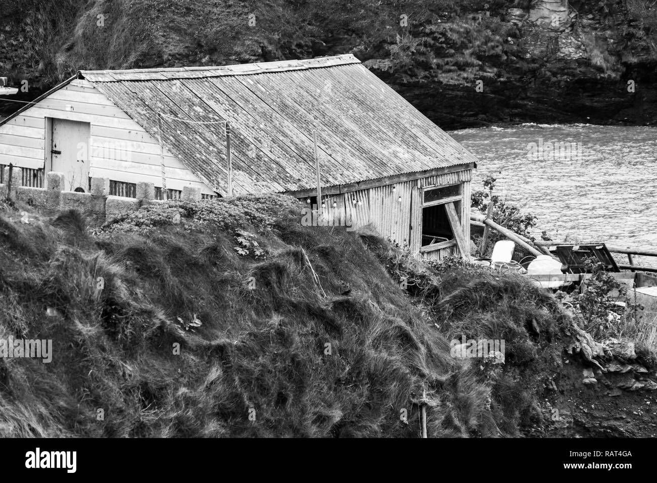 Old tumbledown and neglected shed overlooking the sea at Port Isaac in Cornwall, the home of the Doc Martin series. - Stock Image