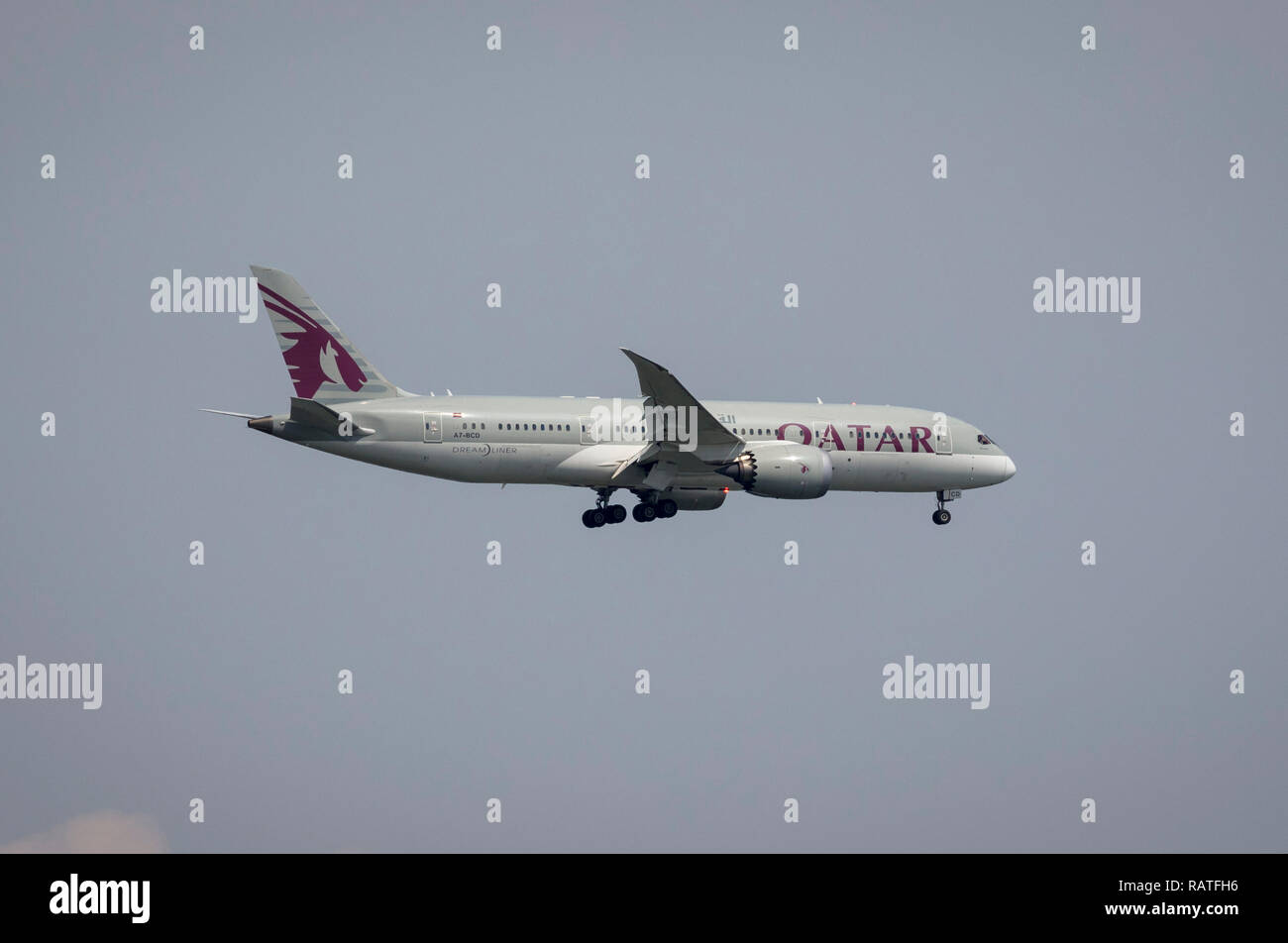 A7-BCD Qatar Airways Boeing 787-8 Dreamliner coming in to land at Entebbe, Uganda, Africa - Stock Image