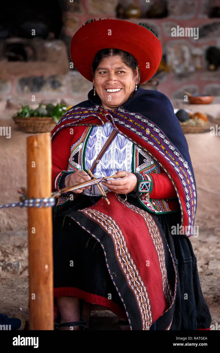 Quechua woman weaving an alpaca shawl, Balcon del Inka weavers co-op, Chinchero, Cusco, Peru - Stock Image