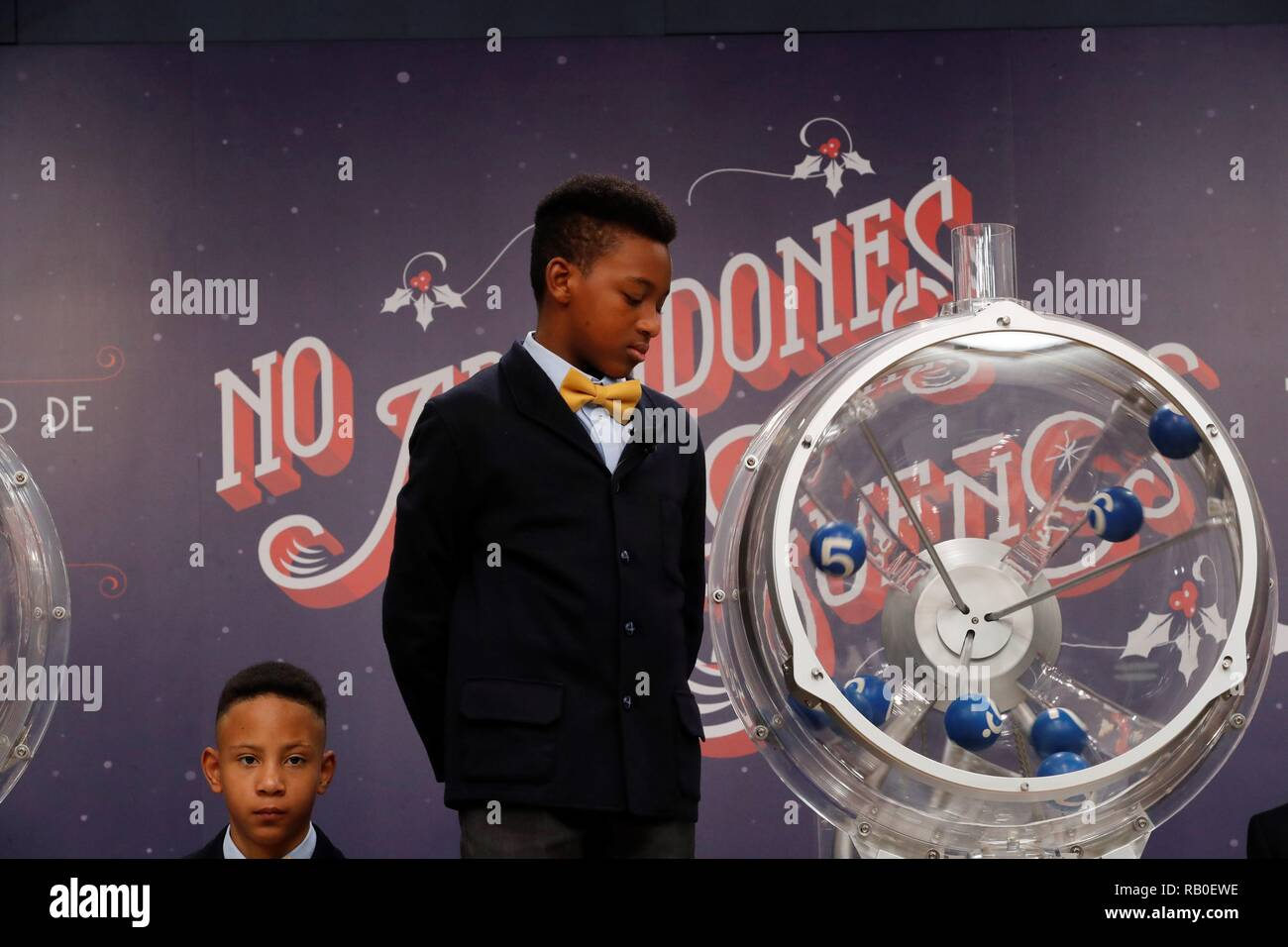 Madrid, Spain. 06th Jan, 2019. A boy looks at a lottery drum during 'El Nino' lottery draw in Madrid, Spain, 06 January 2019. Spain holds its traditional lottery draw 'El Nino' (the kid) on Epiphany Day every year and, although its prizes are less substantial than the famous Christmas draw 'El Gordo' (the Fat One), Spaniards celebrate this draw as part of the Christmas joy. Credit: Zipi/EFE/Alamy Live News - Stock Image