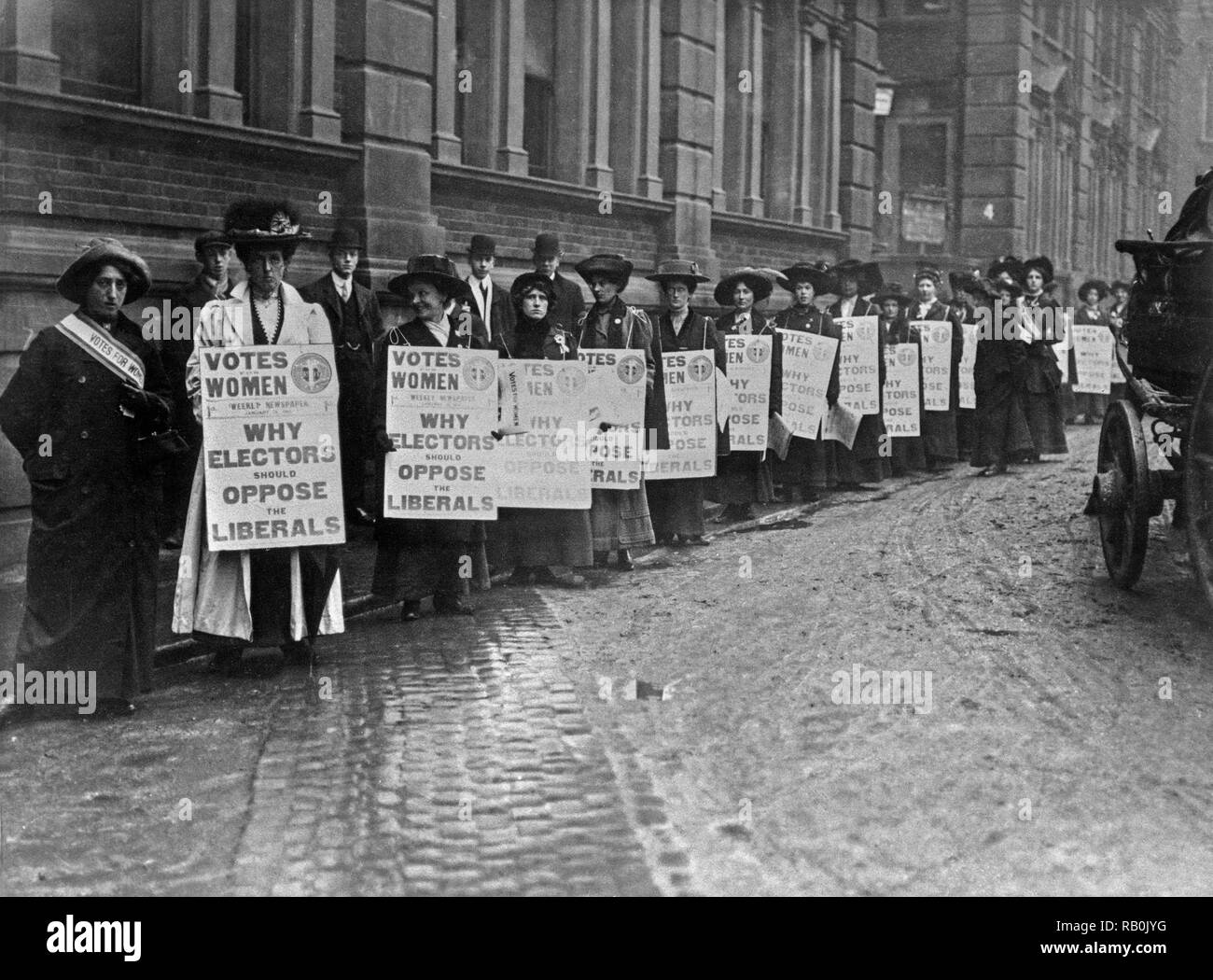 London 1910. Members of the Women's Suffragette movement campaign against the British Liberal party prior to the 1910 General election. - Stock Image