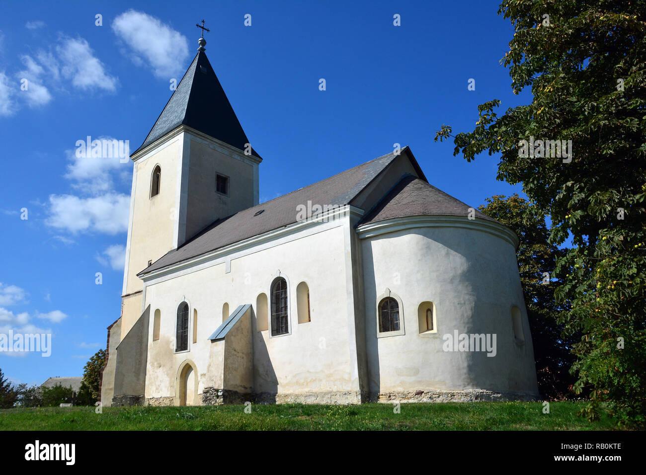 13th century St. Stephen Roman Catholic Church in Szentkirályszabadja. 13. századi Szent István római katolikus templom Szentkirályszabadján. - Stock Image