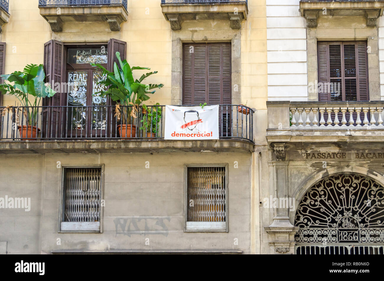 Barcelona, Spain - November 10, 2018: Old house on the Rambla with a protest placard, a mark of the political conflict between the Government of Spain - Stock Image