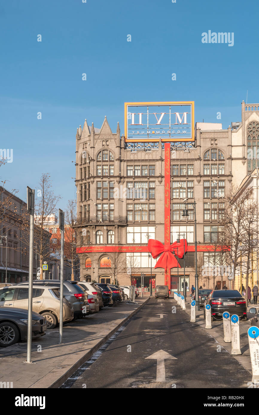 MOSCOW, RUSSIA - December 01.2018: New Year's decoration of a large modern store TsUM. Red bow on the facade of the building - Stock Image