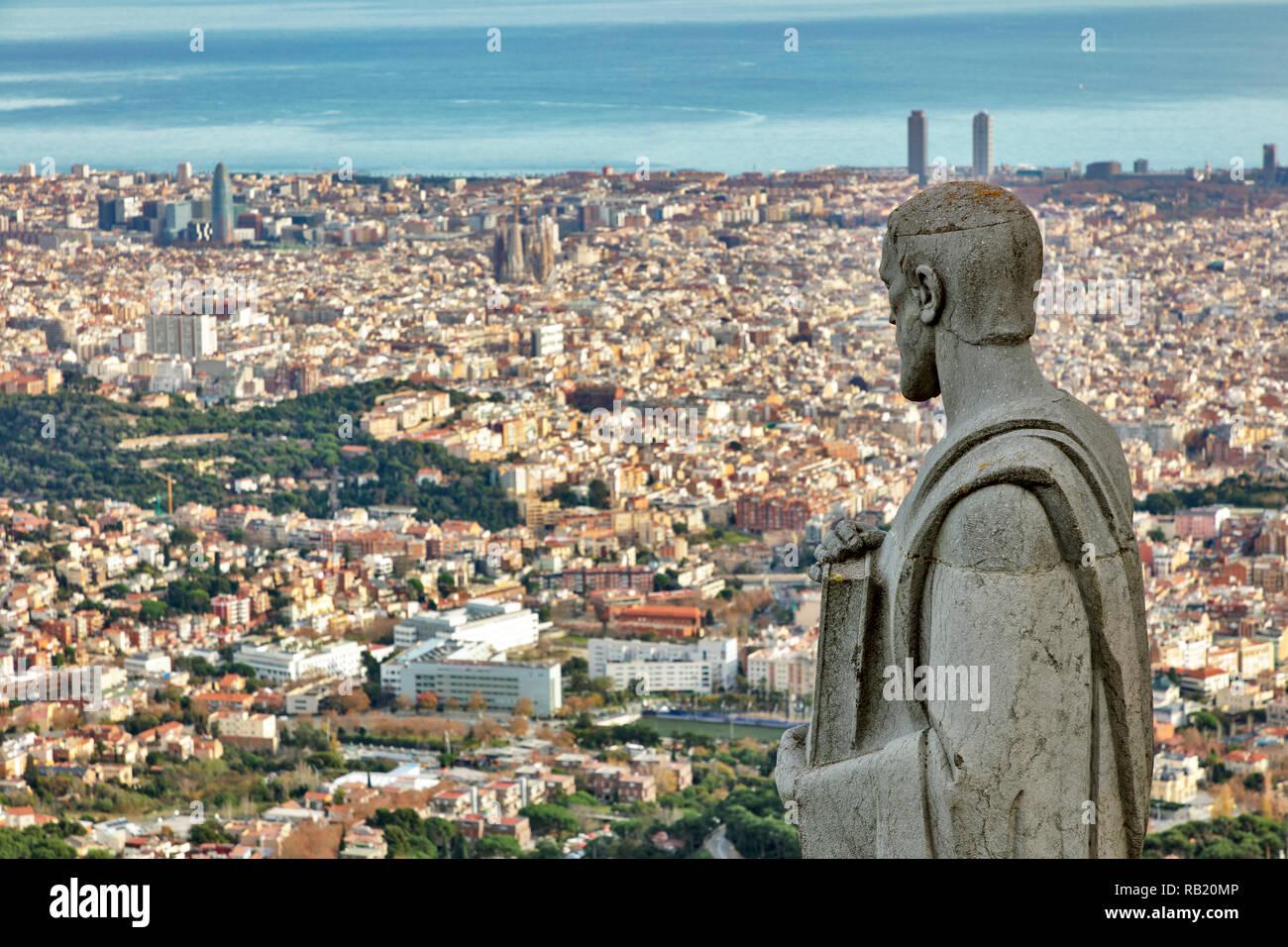 Blick über die Statuen der Sagrat Cor Kirche, Tibidabo, Barcelona, Katalonien, Spanien - Stock Image