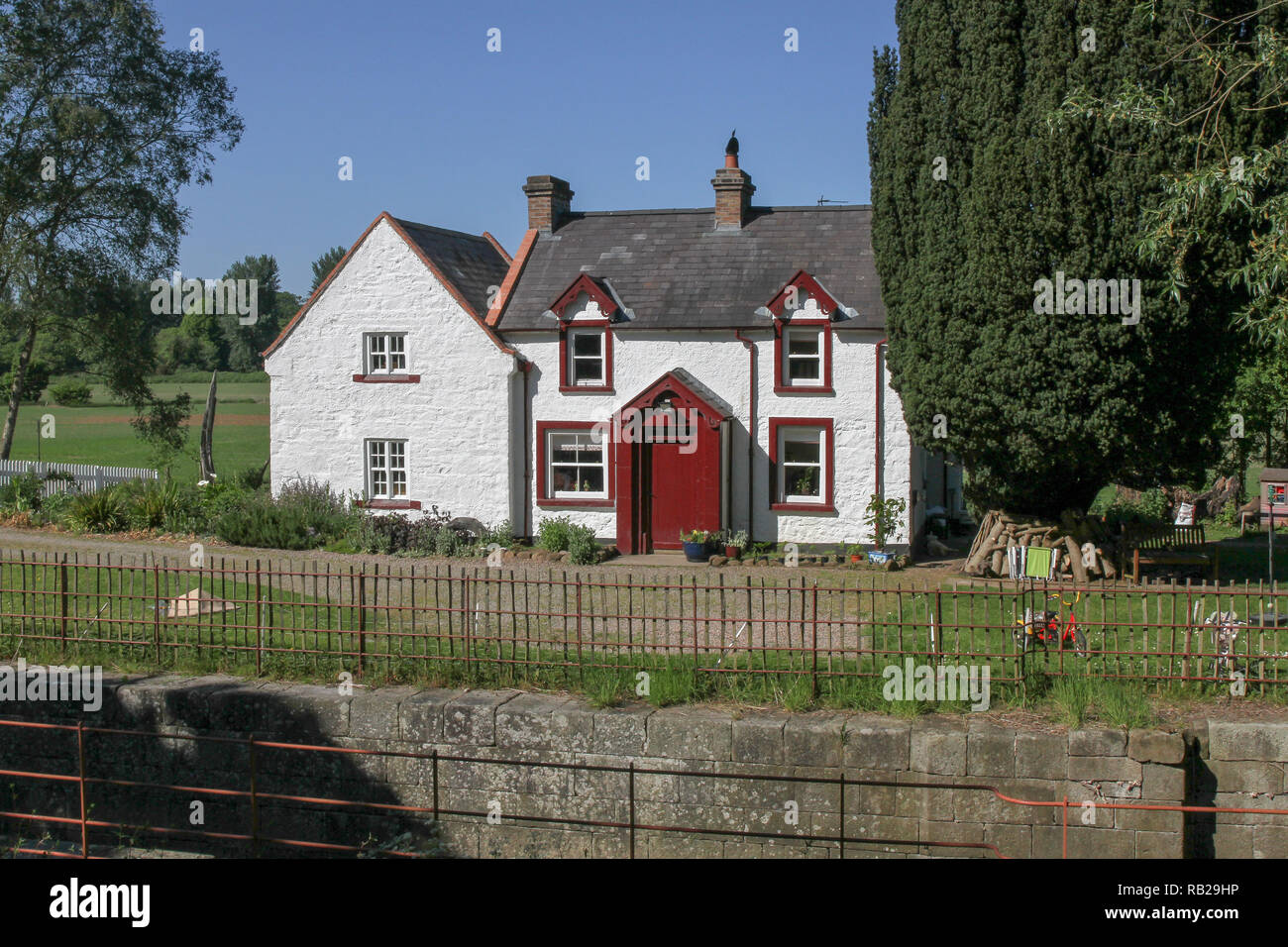 The canal lock and restored lock keeper's house at Moneypenny's Lock, Newry Canal, Northern Ireland. - Stock Image