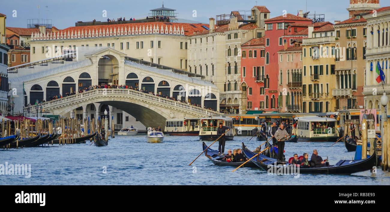 Gondeln vor der Rialtobrücke, Venedig - Stock Image