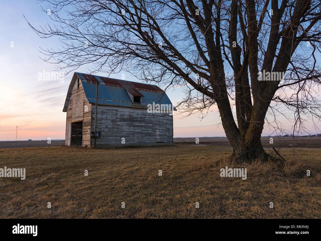 Old rustic barn as the sun sets.  Ogle County, Illinois, USA - Stock Image