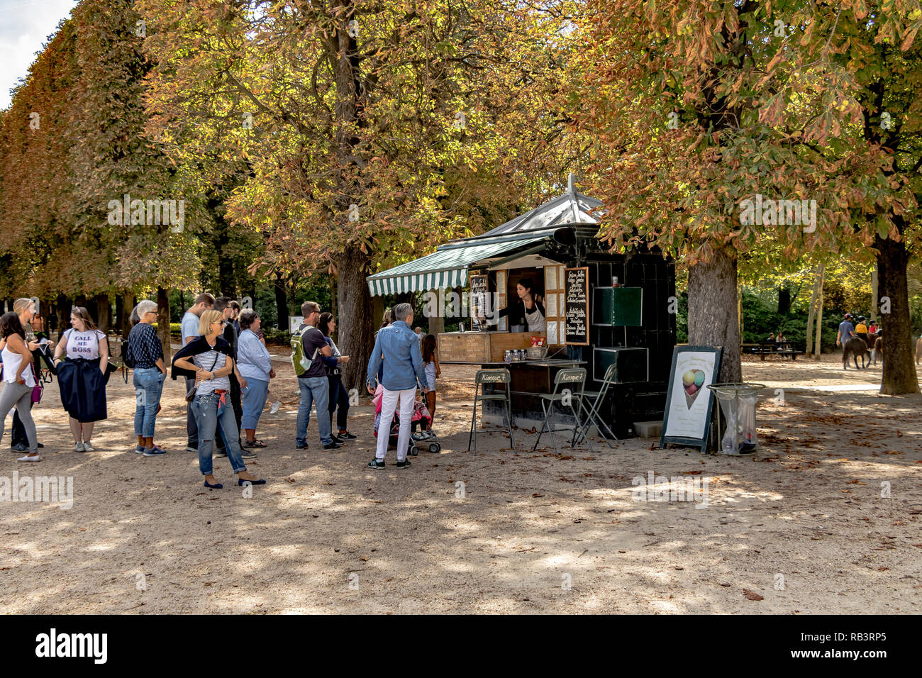 People queuing at a refreshment kiosk in Jardin du Luxembourg ,Paris - Stock Image
