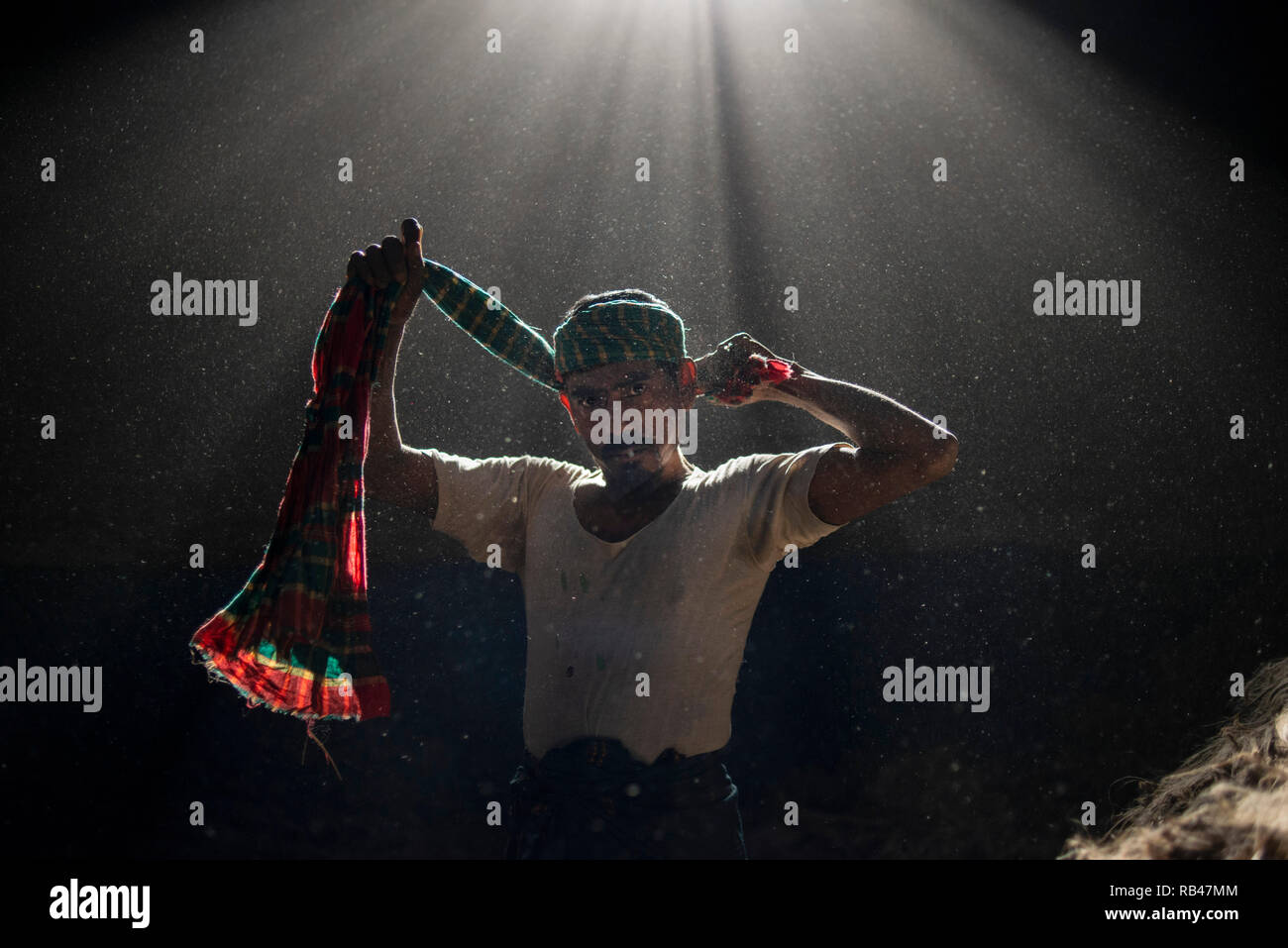Narayanganj, Bangladesh. 6th Jan 2019. Gulzar Hossain a jute mill worker, seen putting his towel upon his head at the mill plant. Bangladesh is known for its Jute. In recent years Bangladesh and many other countries considered jute as a new possibility to replace many daily goods, notably making bags out of jute to replace plastics. Credit: SOPA Images Limited/Alamy Live News Stock Photo