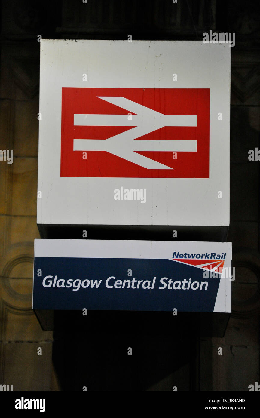 Glasgow, Scotland, UK.7th JAnuary 2019. Scottish Labour Leader - Richard Leonard MSP and campaigners hit train stations across Scotland today, as the party campaigns on its policy of public ownership.  The party steps up its campaign on public ownership as people from across Scotland start their first full week at work after the festive break.  Fares rose this month as SNP ministers ignored Labour's plan for a Fares Freeze in the Scottish budget. Credit: Colin Fisher/Alamy Live News Stock Photo