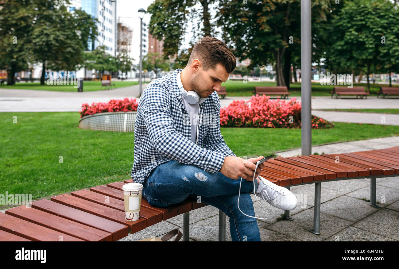 Young man using tablet outdoors - Stock Image