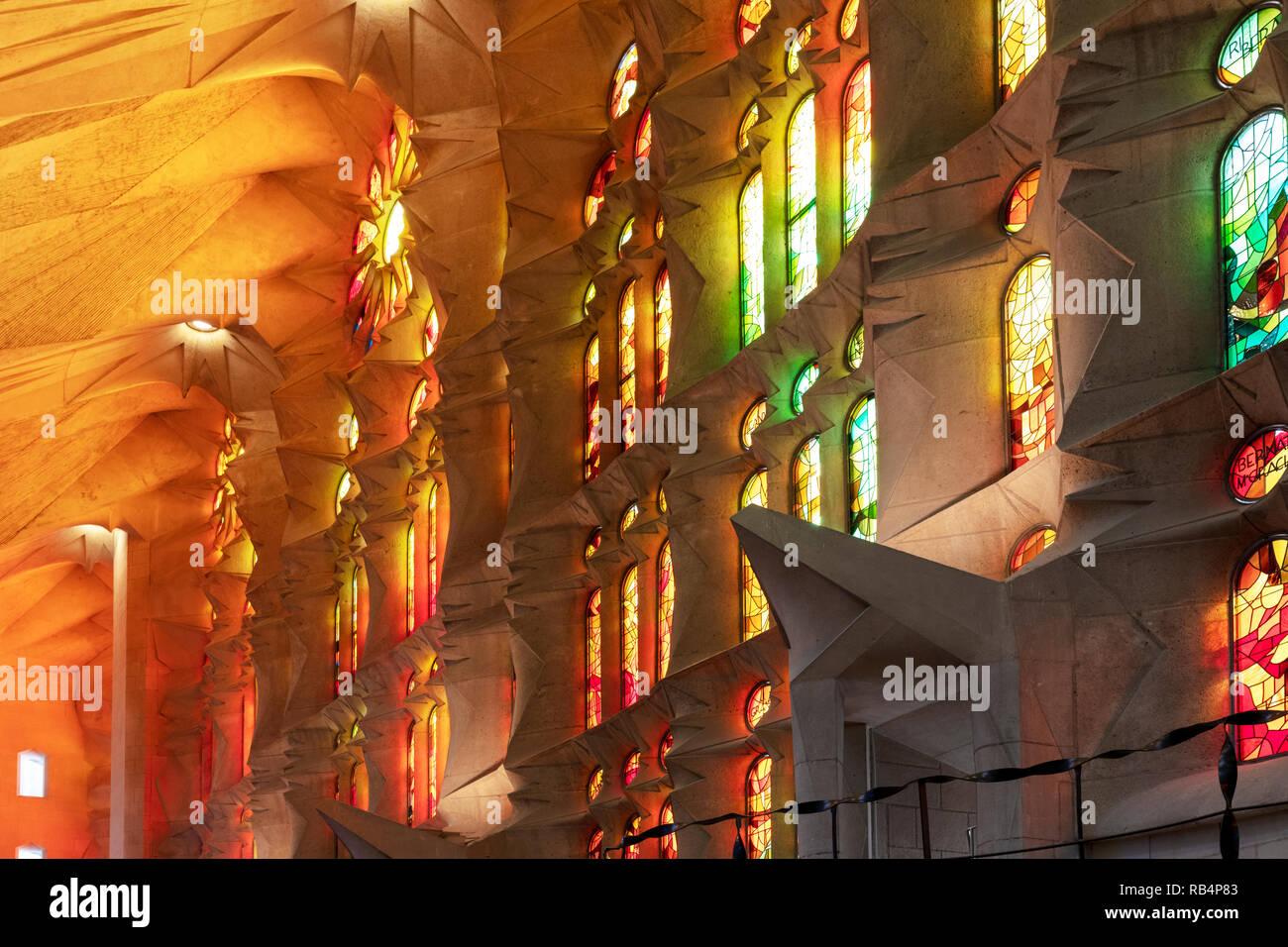 Bunte Fenster, Innenraum der Sagrada Familia,  von Architekt Antoni Gaudi, Barcelona, Katalonien, Spanien - Stock Image
