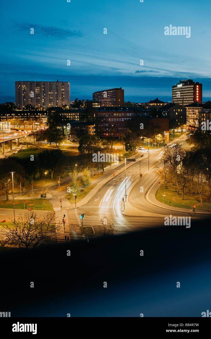 Gebäude in der Innenstadt von Stockholm bei blauer Stunde - Stock Image