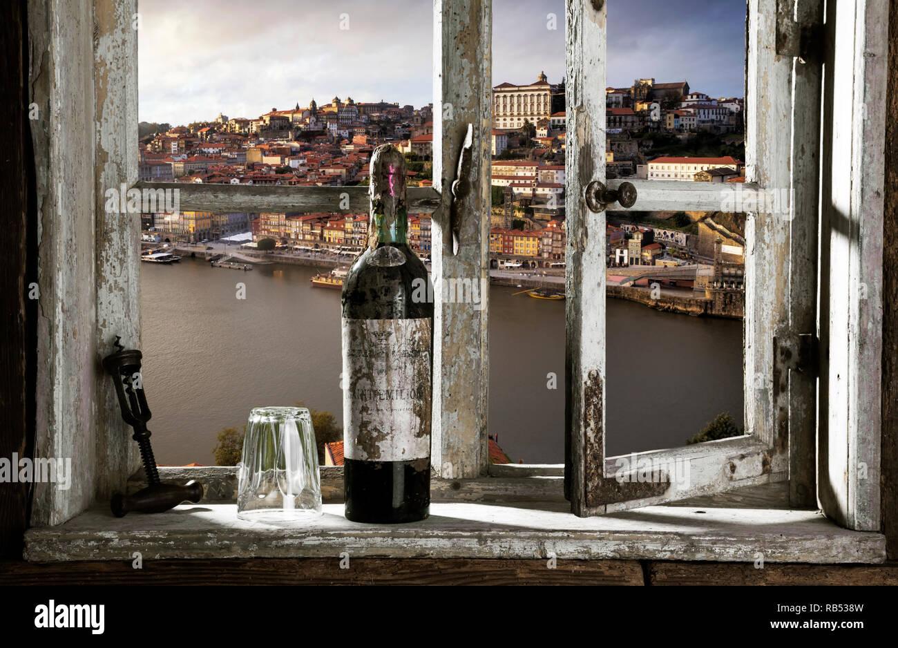 Blick durch ein Fenster auf Porto - Stock Image