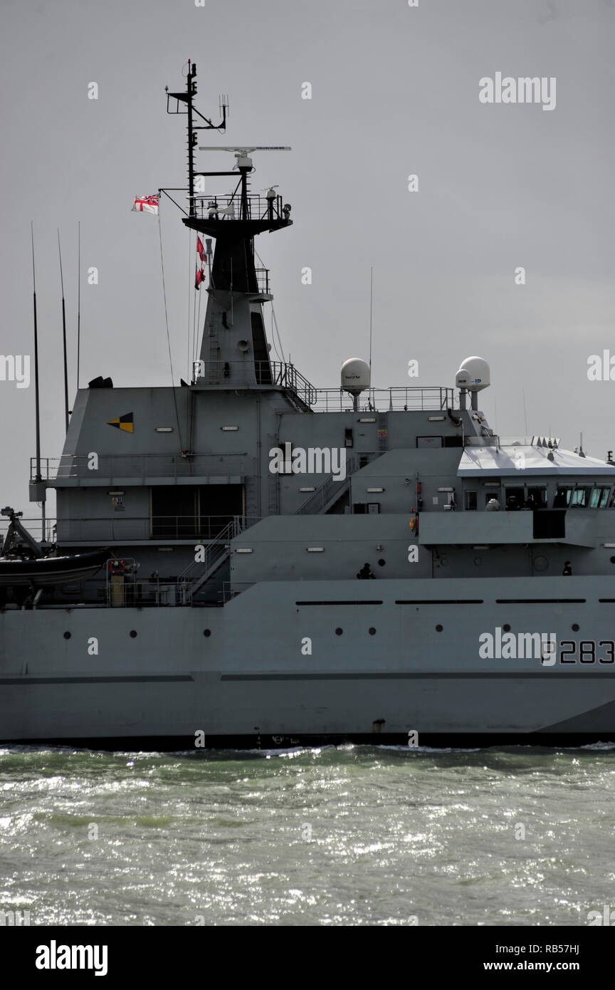 AJAXNETPHOTO. - 1ST APRIL, 2015. PORTSMOUTH, ENGLAND. - PATROL SHP - HMS MERSEY (P283) ENTERING HARBOUR. UPDATE 7TH JAN 2019; ROYAL NAVY DEPLOYED HMS MERSEY TO CHANNEL TO 'HELP PREVENT MIGRANTS MAKING THE DANGEROUS JOURNEY.'. PHOTO:TONY HOLLAND/AJAX REF;DTH150104_37422 - Stock Image