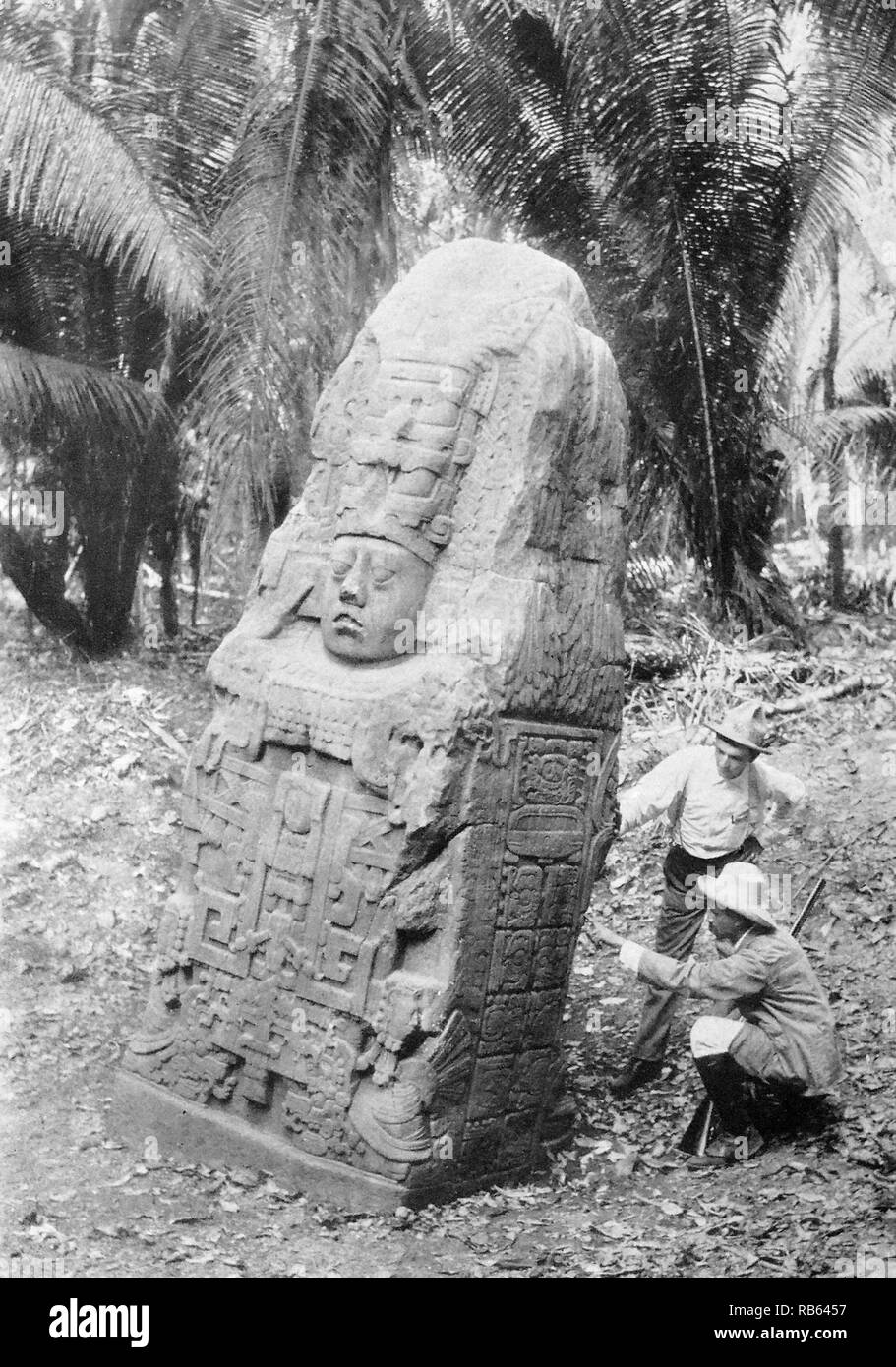 Photograph of a stela in Quirigua. Guatemala. Stela for the Queen of Quirigua. On the sides are seen hieroglyphics similar to those of the Maya manuscripts. Dated 900 AD (Photograpgh dated 1915). - Stock Image
