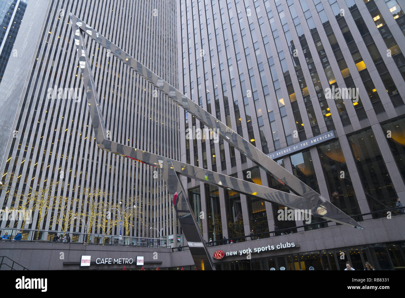 Sculpture in the sunken courtyard of 1221 Avenue of the Americas. The building was part of the later Rockefeller Center expansion (1960s–1970s) dubbed the 'XYZ Buildings. - Stock Image