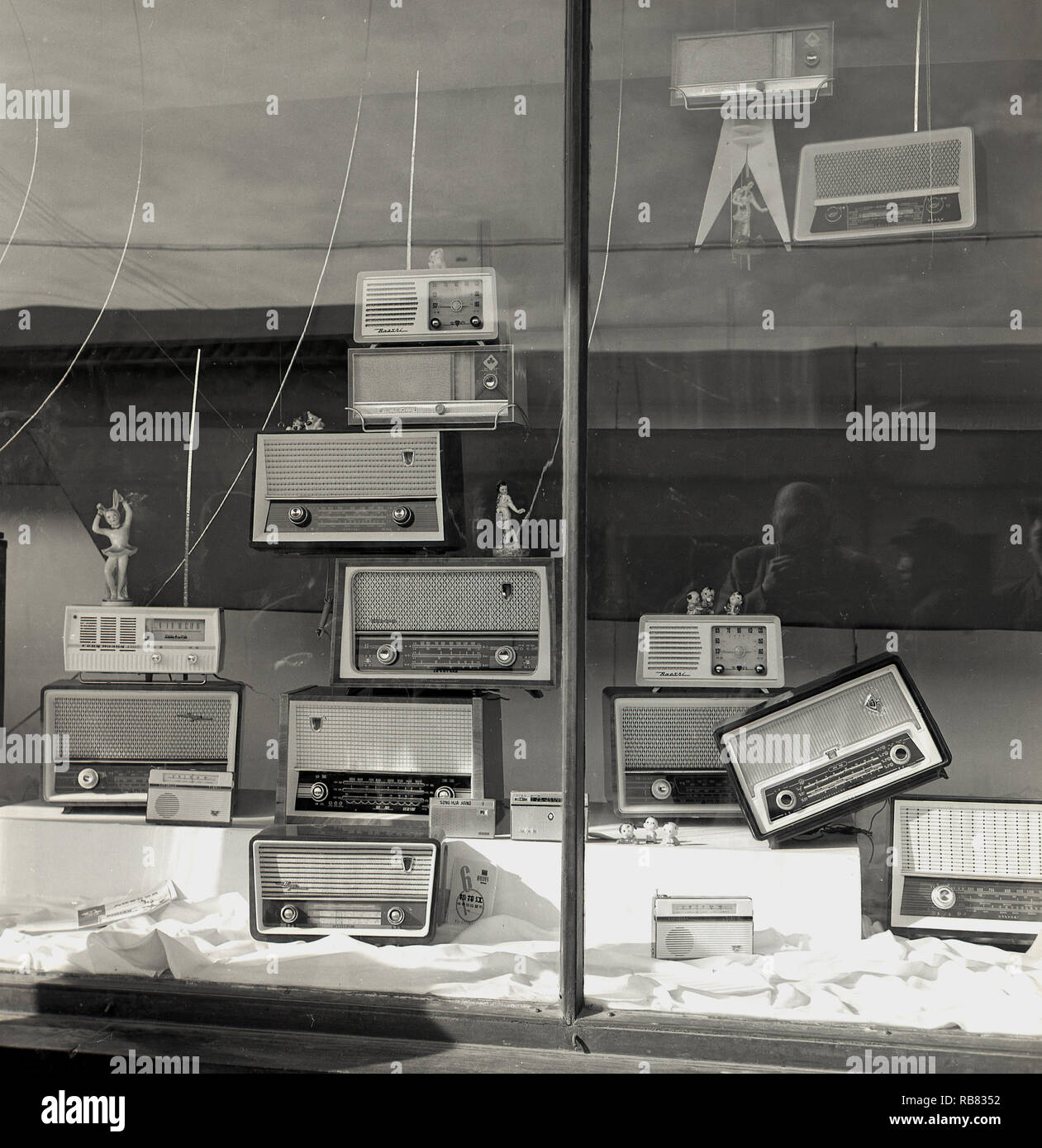 1950s, historical, Beijing, China. Electrical shop window, with a display of the latest transistor radios. In the early 1950s, the transistor radio was a revolutionary piece of technology that gave people, particularly the young, musical freedom for the first time and japanese manufacturers were at the forefront of using the technology - initially licensed from the USA - to product consumer products at competitive prices. - Stock Image