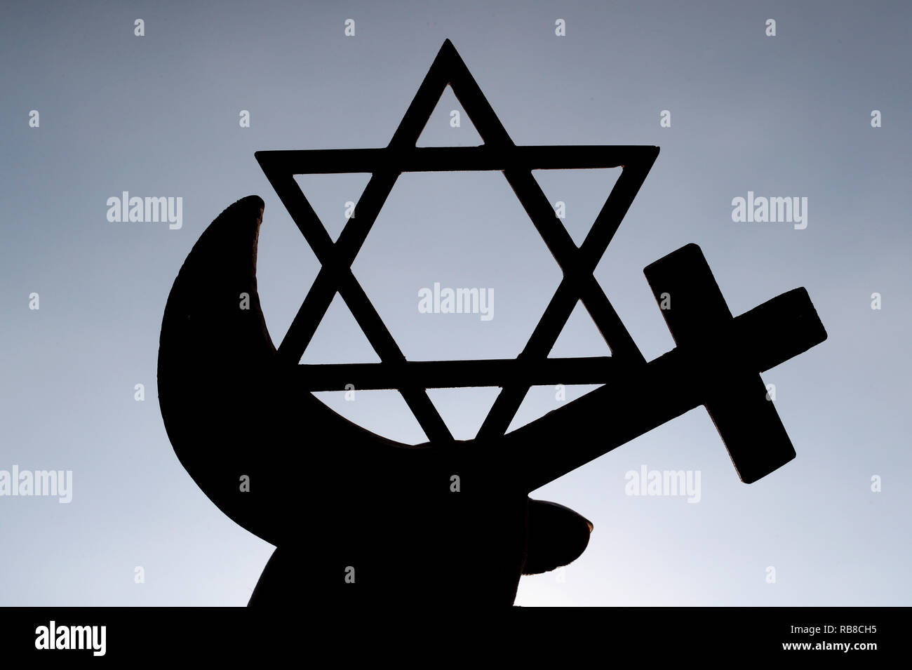 Symboles interreligieux. Christianity, Islam, Judaism 3 monotheistic religions. Jewish Star, Cross and Crescent : Interreligieuse symbols in hands. - Stock Image