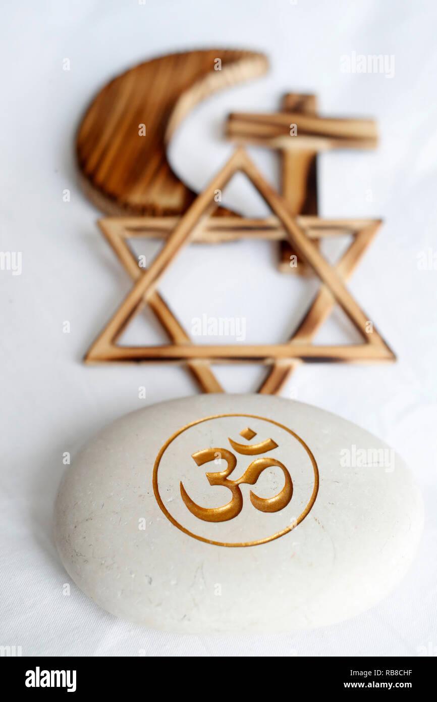 Symboles interreligieux. Christianity, Islam, Judaism, buddhism. Om, Jewish Star, Cross and Crescent : Interreligious symbols. - Stock Image