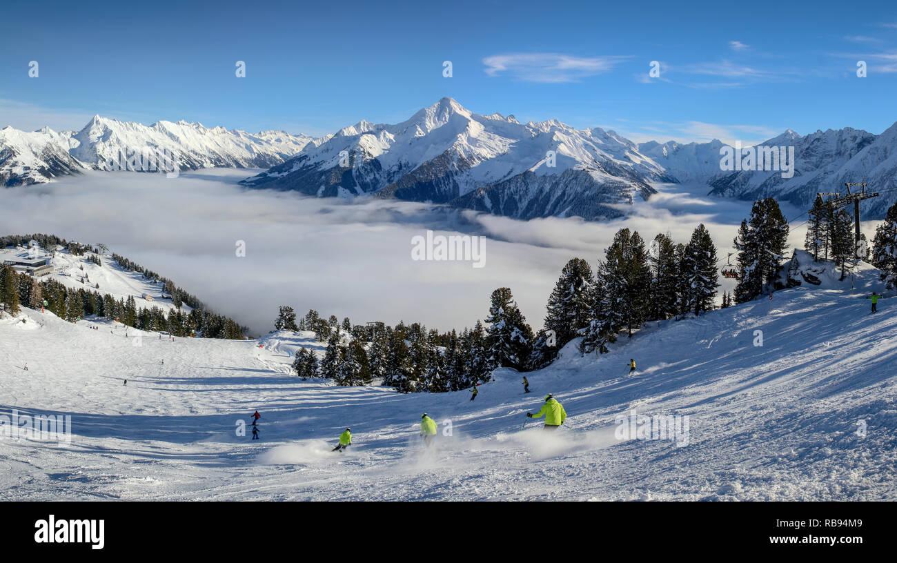 Panoramablick über das Zillertal mit verschneiter Ahornspitze im Hintergrund - Stock Image
