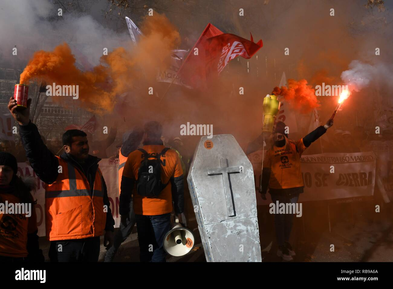 Madrid, Spain. 08th Jan, 2019. Spanish workers of US aluminum producer Alcoa's plants in Aviles and A Coruna lite flares as they demonstrate against the planned closing of the facilities in front of the Ministry of Industry headquarters in Madrid, Spain, 08 January 2019. Alcoa announced the definite closing of its fabrics in Aviles and A Coruna affecting a total of 686 workers. Credit: Víctor Lerena/EFE/Alamy Live News - Stock Image