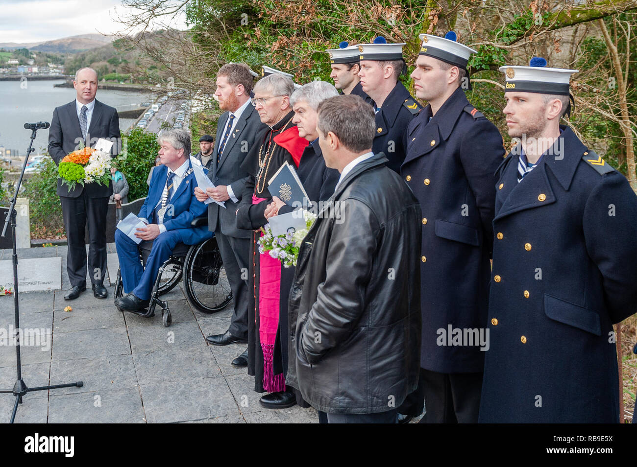 Bantry, West Cork, Ireland. 8th Jan, 2019. On the 40th Anniversary of the Whiddy Island disaster, in which the French oil tanker Betelgeuse exploded killing 50, a huge crowd attended the formalities in Abbey Graveyard, Bantry. Dignitaries and the Irish Navy stand at the memorial.  Credit: Andy Gibson/Alamy Live News. - Stock Image