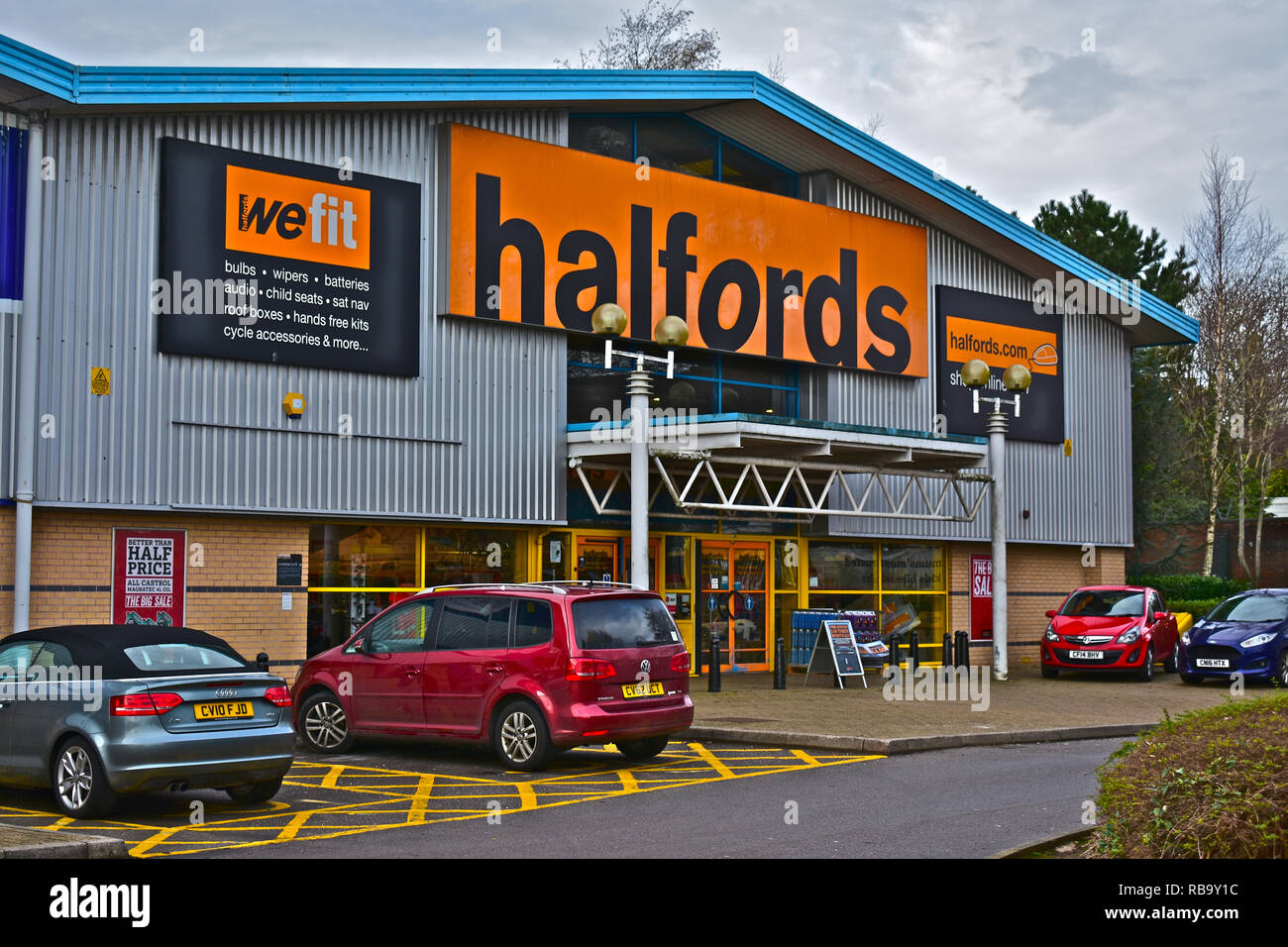 Street view of the front of the Halfords store in Bridgend Retail Park. Cars parked outside. Motoring, cycling and general touring accessories. - Stock Image