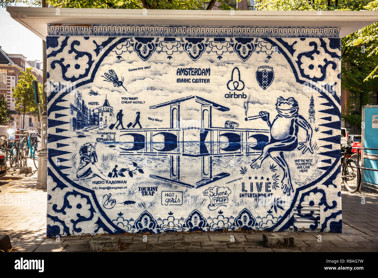 The Netherlands, Amsterdam, De Pijp district. Graffiti, street-art on walls in Hemonystreet by artist Hugo Kaagman, associated with Delft pottery or D - Stock Image