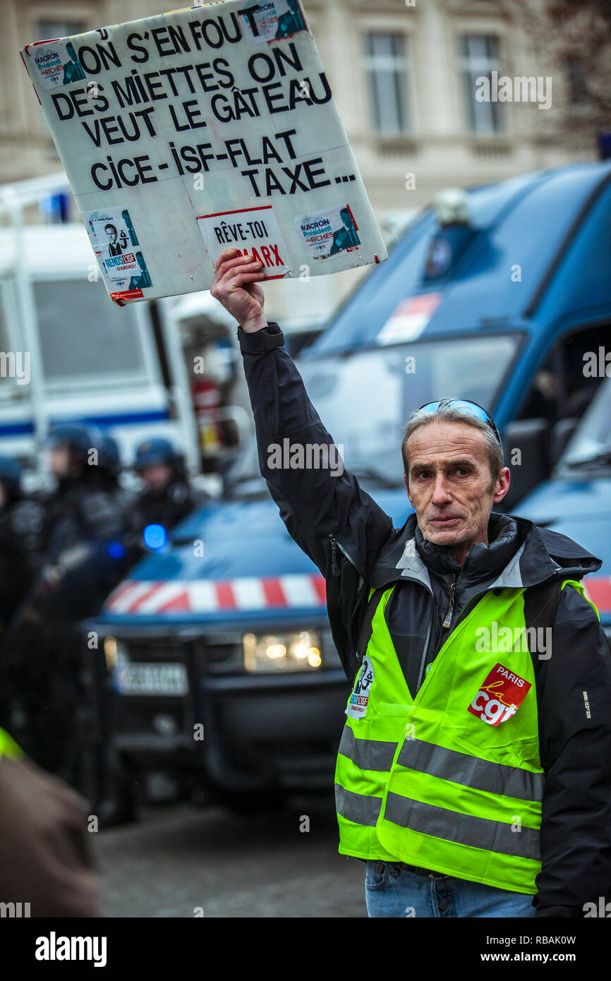 Yellow vests (Gilets Jaunes) protests in Paris calling for lower fuel taxes, reintroduction of the solidarity tax on wealth, a minimum wage increase, and Emmanuel Macron's resignation as President of France, 15 December 2018. - Stock Image