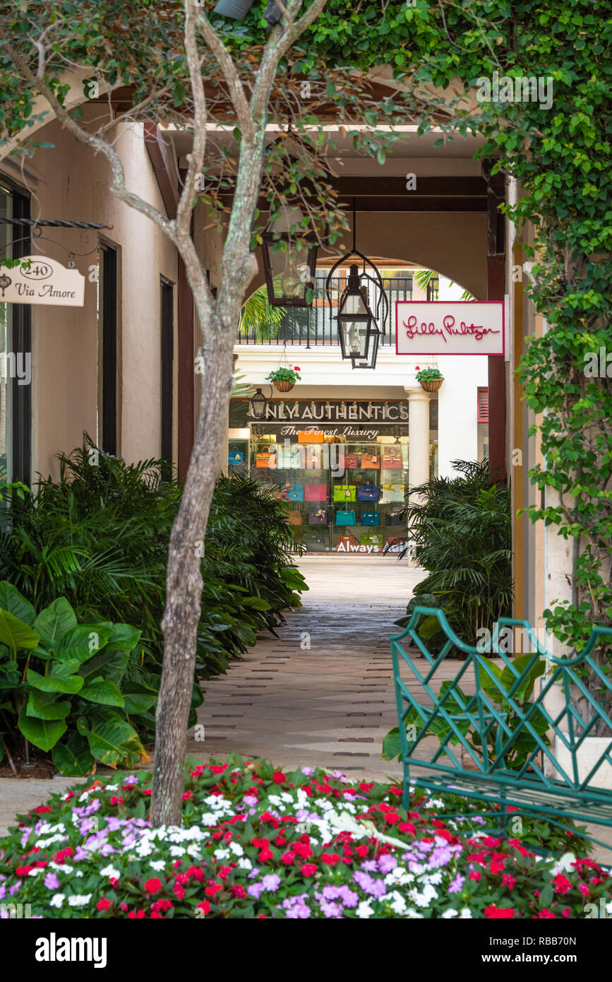 Via Amore courtyard along world-famous Worth Avenue in Palm Beach, Florida. (USA) - Stock Image