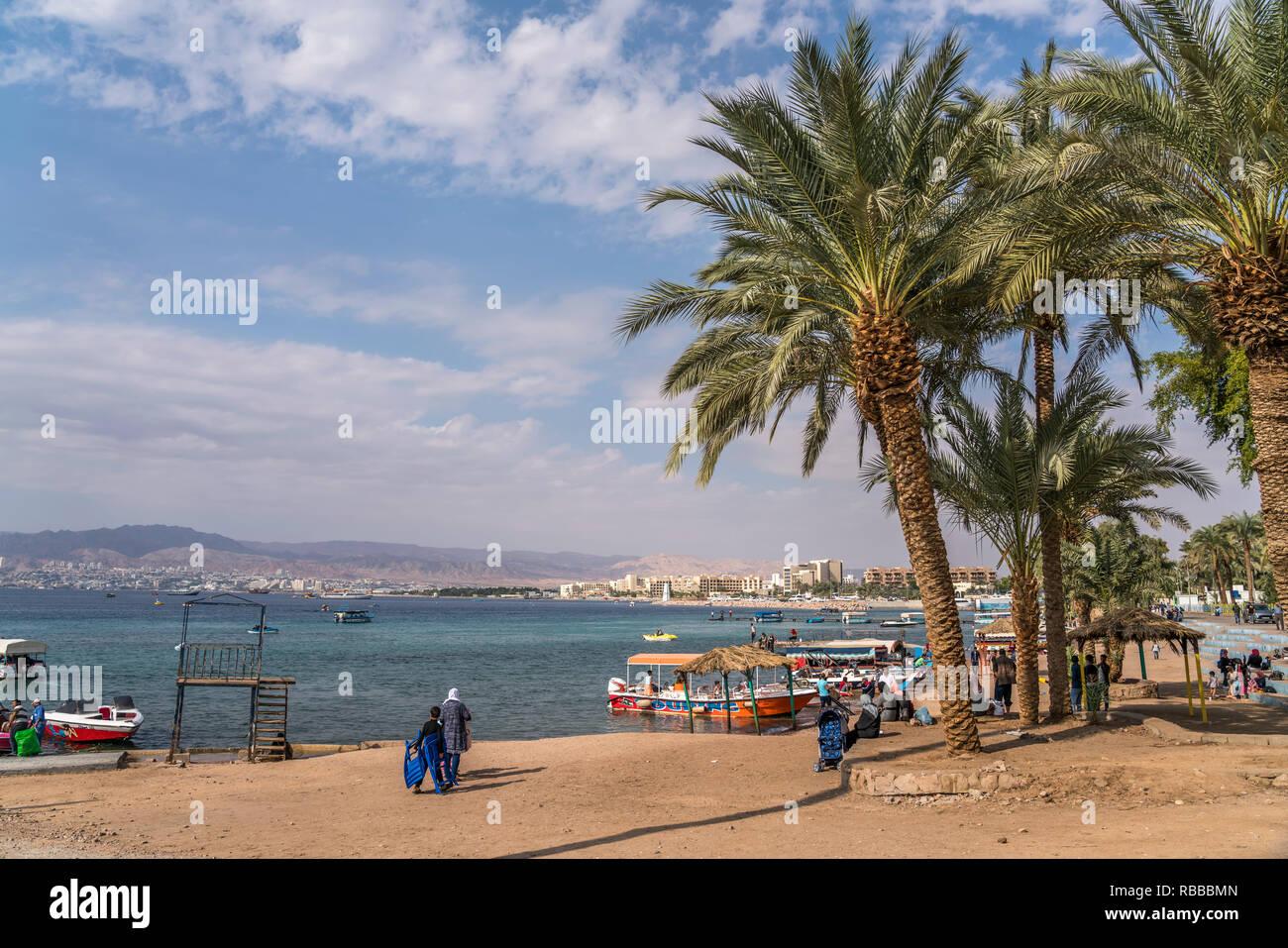 Glassbodenboote am öffentlichen Strand Al-Ghandour Beach. Akaba, Jordanien, Asien | glass boats at the public beach  Al-Ghandour Beach, Aqaba, Jordan, - Stock Image