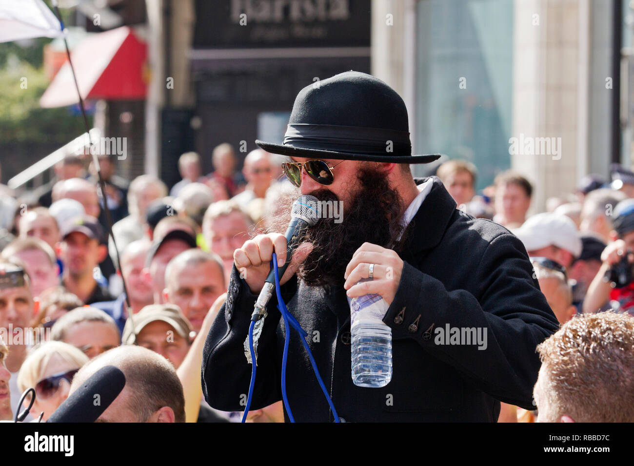 EDL leader Tommy Robinson, dressed as a rabbi, at a demonstration in Tower Hamlets, East London. 3.11.2011. - Stock Image