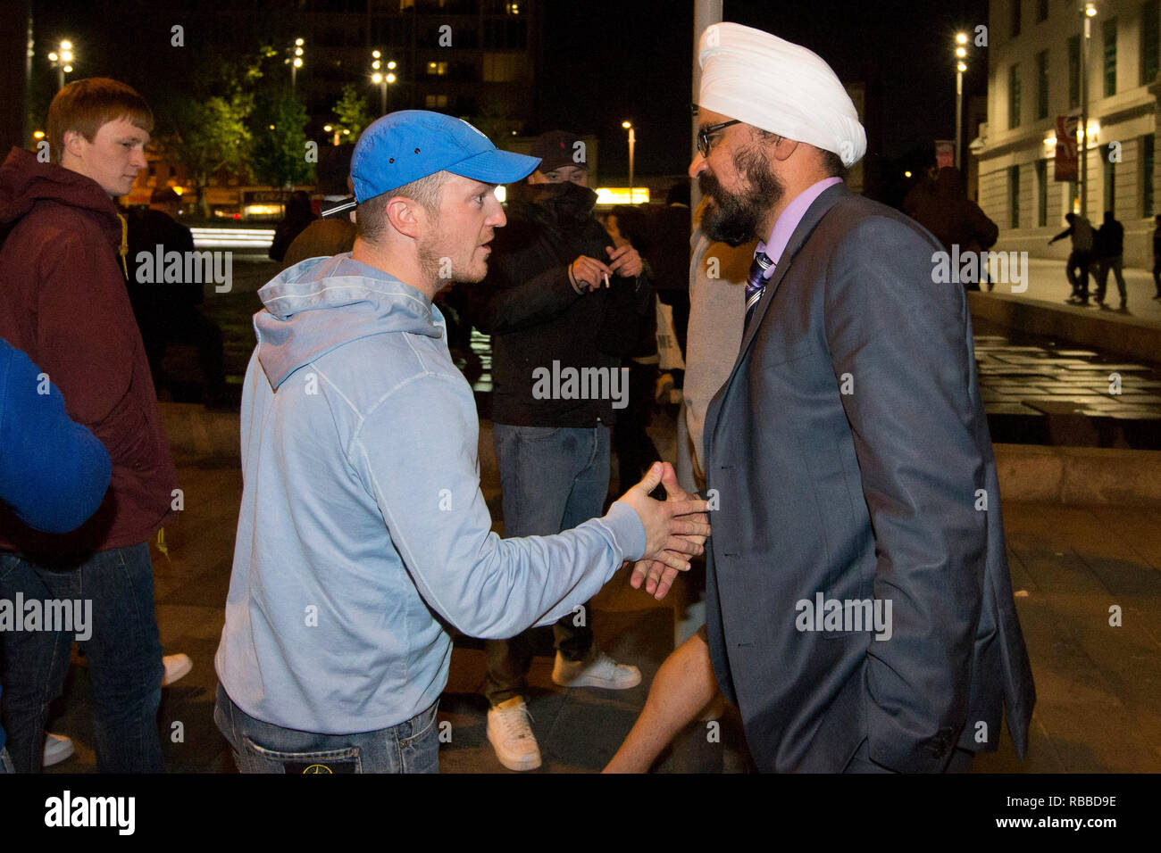 EDL leader Tommy Robbinson shakes hands with a man in Woolwich after serving soldier Lee Rigby was murdered nearby. 22.05.2013. - Stock Image