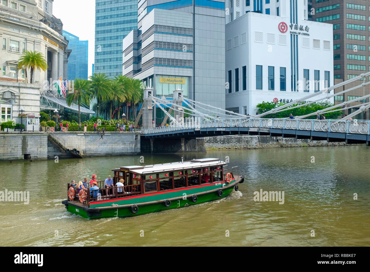 Cavenagh Bridge on the Singapore River and the Central Business District, Singapore, Asia. - Stock Image