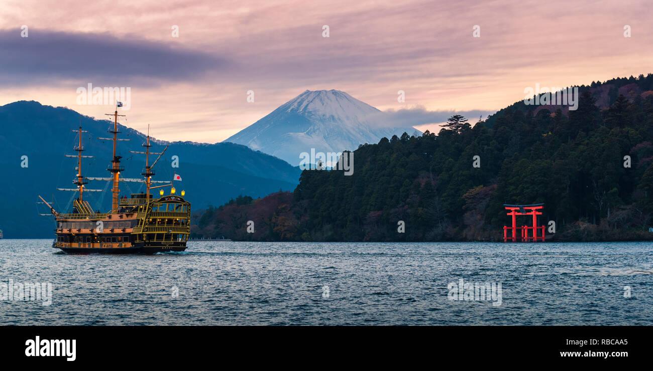 Hakone, Kanagawa Prefecture, Honshu, Japan.  Red Torii Gate on Lake Ashi and Mount Fuji in the background. - Stock Image