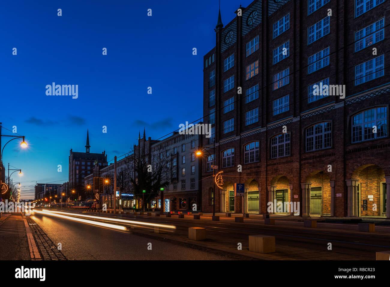 Rostock zur blauen Stunde, Verkehr auf der Langen Straße, Langzeitaufnahme - Stock Image