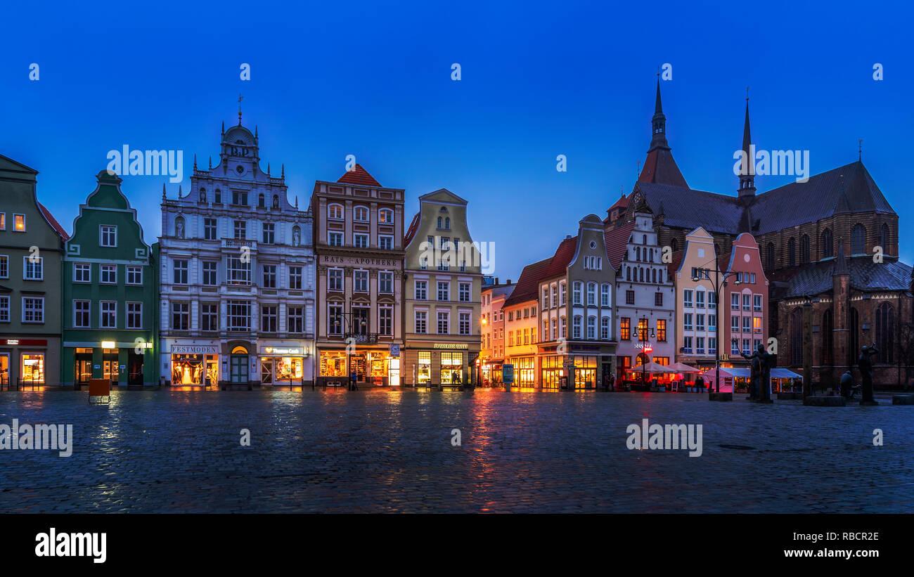 Rostock zur blauen Stunde, Marktplatz mit Giebelhäusern und Marienkirche - Stock Image