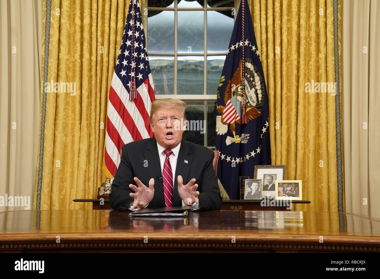 Washington, District of Columbia, USA. 8th Jan, 2019. WASHINGTON, DC - JANUARY 08: U.S. President Donald Trump speaks to the nation in his first-prime address from the Oval Office of the White House on January 8, 2019 in Washington, DC. A partial shutdown of the federal government has gone on for 17 days following the president's demand for $5.7 billion for a border wall while Democrats have refused. Credit: Carlos Barria/Pool via CNP Credit: Carlos Barria/CNP/ZUMA Wire/Alamy Live News - Stock Image