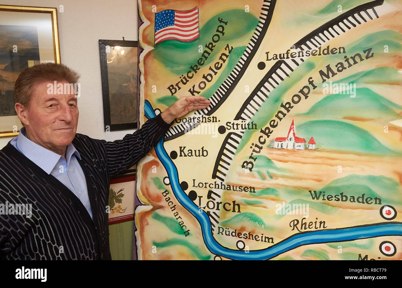 Kaub, Germany. 08th Jan, 2019. Winegrower Peter Josef Bahles explains on a map the origin of the 'Free State bottleneck'. After the end of the First World War, a small strip between Lorch and Kaub remained after the demarcation by a cartographic carelessness, which was administered neither by the French nor by the American occupying power. (Zu dpa 'Treppenwitz der Geschichte - Freistaat Flaschenhals' becomes 100). Credit: Thomas Frey/dpa/Alamy Live News - Stock Image