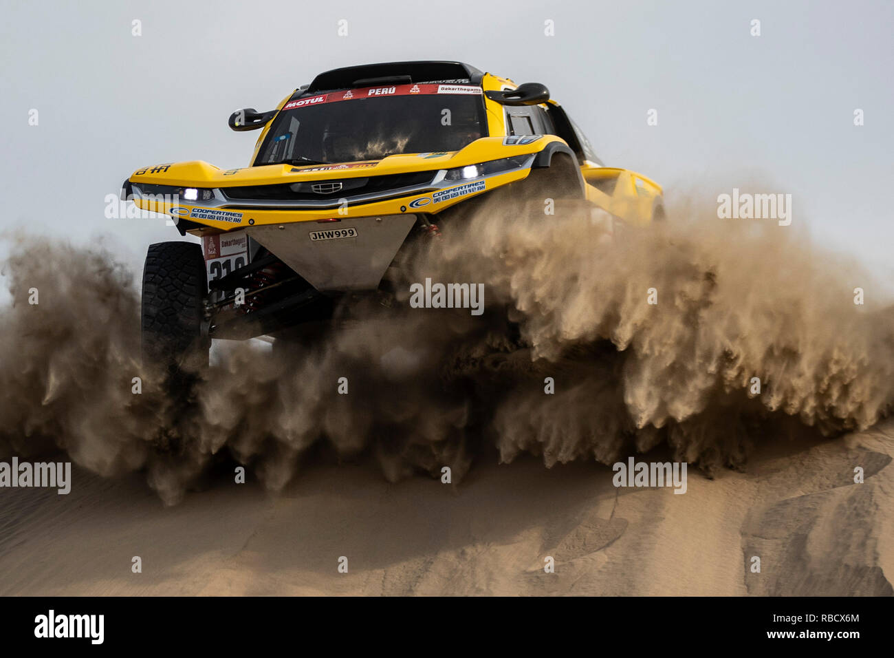 Ica. 8th Jan, 2019. Chinese driver Han Wei and co-driver Liao Min of Geely auto team compete during the 2nd stage of the 2019 Dakar Rally Race in Peru, Jan. 8, 2019. Han and Liao finished the 2nd stage with 11 hours 43 minutes and 07 seconds. Credit: Li Ming/Xinhua/Alamy Live News - Stock Image