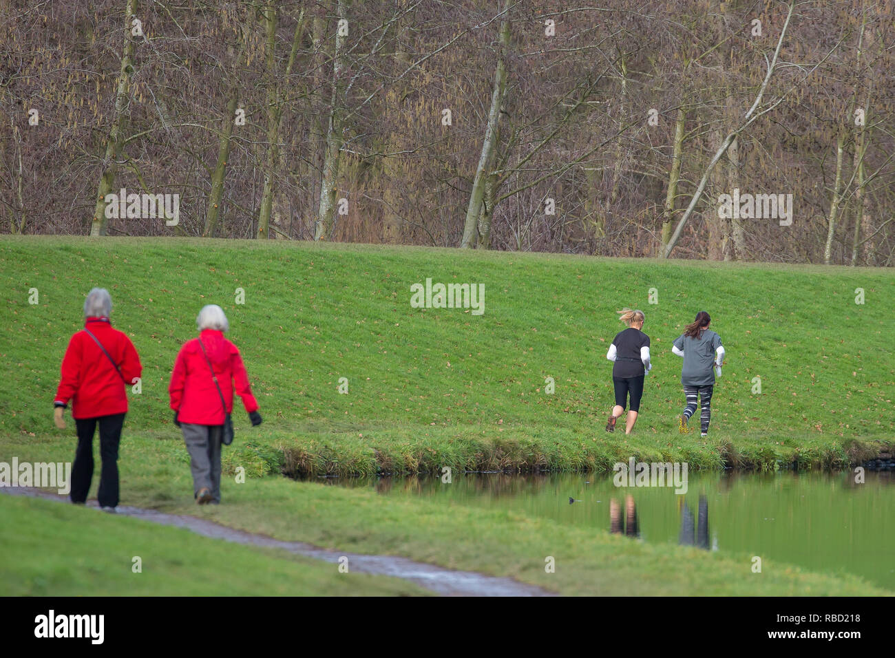 Kidderminster, Worcestershire, UK. 9th January, 2019. UK weather: after a widespread frost, people are out keeping fit and enjoying the morning, winter sunshine. Feeling cold with a north-westerly breeze, folk wrap up to enjoy some outdoor pursuits in their local park. Credit: Lee Hudson/Alamy Live News - Stock Image