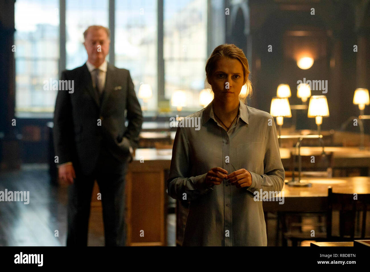 Prod DB © Sky UK Limited - Bad Wolf / DR A DISCOVERY OF WITCHES serie TV 2018- GB saison 1 episode 3 Owen Teale Teresa Palmer. d'apres le roman de Deborah Harkness based on the 'All Souls Trilogy' by Deborah Harkness - Stock Image