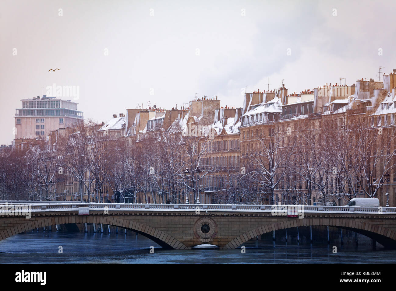 Seine embankment and Pont Louis-Philippe in snow - Stock Image