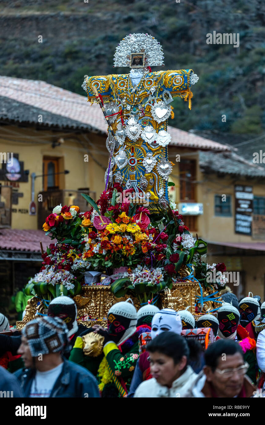 Religious procession, dancers dressed in colorful costumes carrying cross depicting the Senor de Choquekilca, Fiesta del Senor de Choquekilca (Feast o - Stock Image