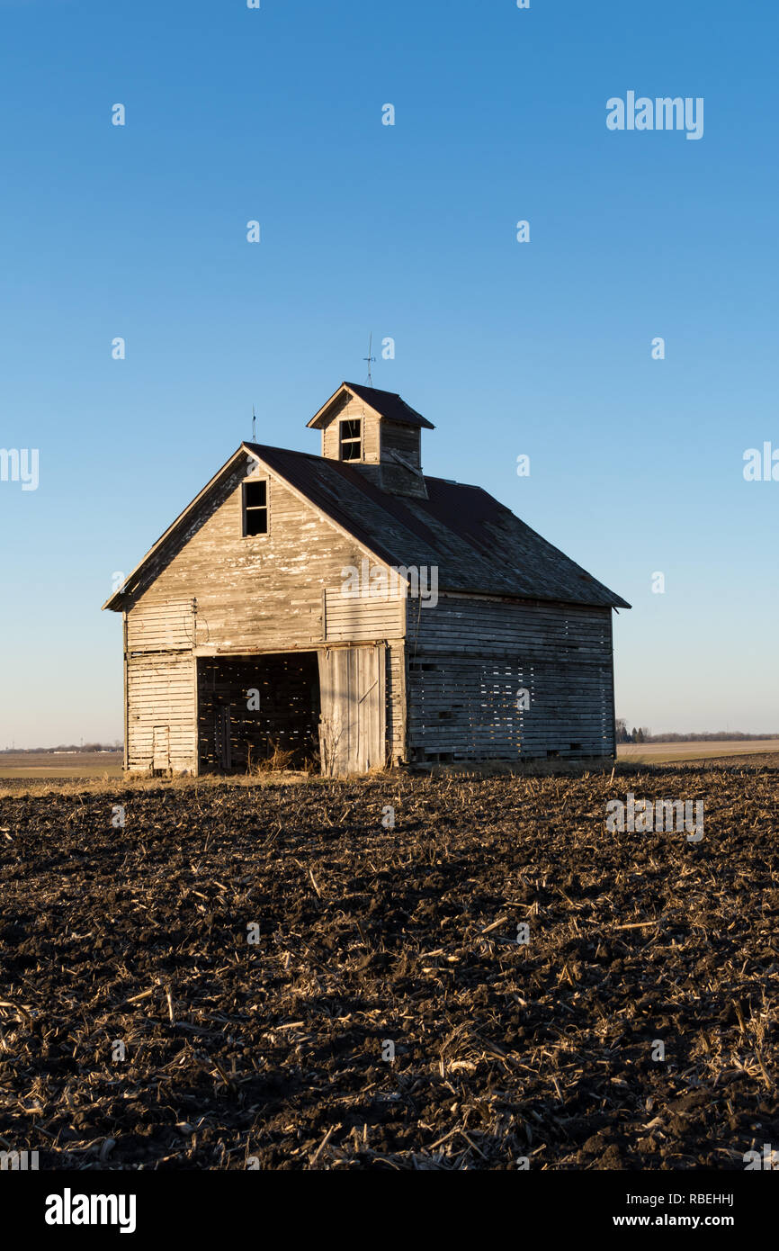 Isolated midwest barn on a cold winters day approaching sunset. - Stock Image