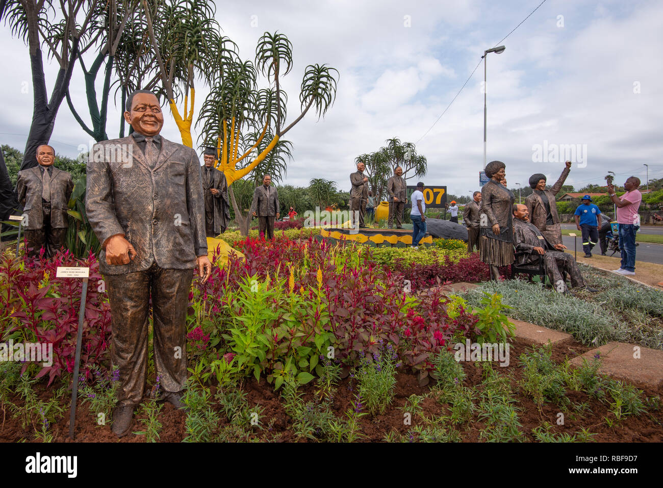Durban, South Africa, 9th January 2019. Staues of African National Congress (ANC) stalwarts and former party presidents on display along the Ruth First Highway outside Durban ahead of the African National Congress (ANC) 2019 Election Manifesto Launch set to take place at Moses Mabhida Stadium in Durban on Saturday, 12th January, 2019. Pictured are members of the public enjoyng the artistic and historical display. Jonathan Oberholster/Alamy Live News - Stock Image